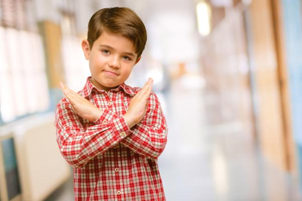 Khi dạy trẻ nói không, hãy chỉ cho trẻ cách giật tay khỏi tay ai đó, chạy, lắc đầu.